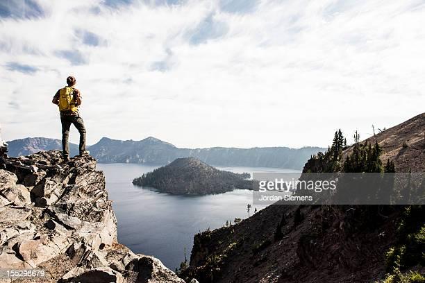 hiking around crater lake in oregon. - en haut photos et images de collection