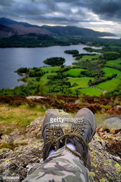 hiking boots on rocky crag, english lake district - derwent water - fotografias e filmes do acervo