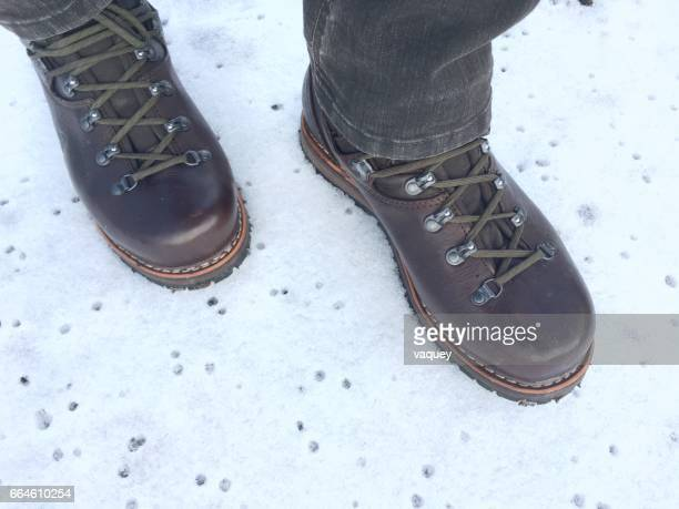 hiking boots on snow - schneebedeckt stock pictures, royalty-free photos & images