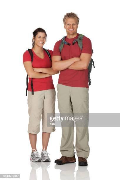 Wandern paar stehend mit Arme verschränkt