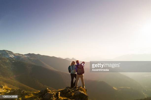 ハイキングのカップルを取る selfie - 熟年カップル ストックフォトと画像