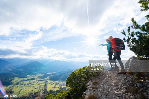 カップル表示山脈と渓谷をハイキング - mountain range ストックフォトと画像