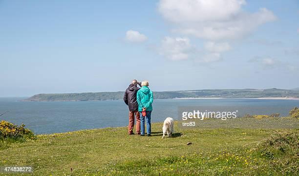 Wandern paar gehen Hund auf der Gower Landspitze