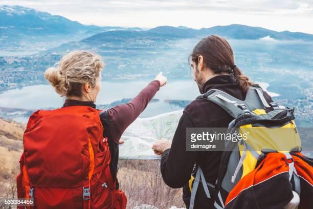 Wandern Paar mit Karte in Bergen