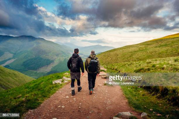 hiking friends - schotland stockfoto's en -beelden