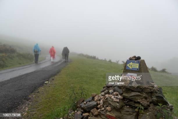 senderismo en niebla en el camino de santiago - peregrino fotografías e imágenes de stock