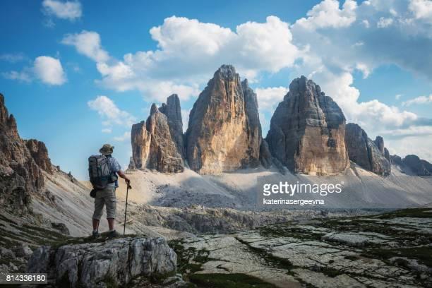 wandern in bergen. nationalpark tre cime di livaredo. dolomiten alpen. italien - dolomiten stock-fotos und bilder