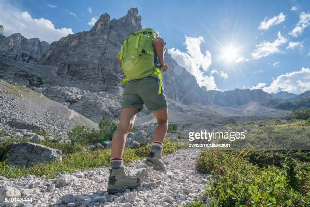 Wandern im Sommer, weibliche in den Dolomiten, Italien