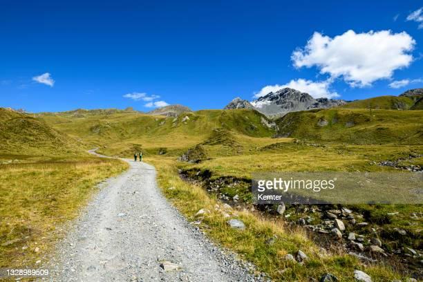 wandern in den bergen - kemter stock-fotos und bilder