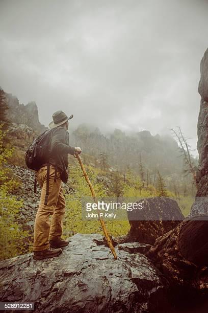 hiking in the rain - コロラド州 ニューキャッスル ストックフォトと画像