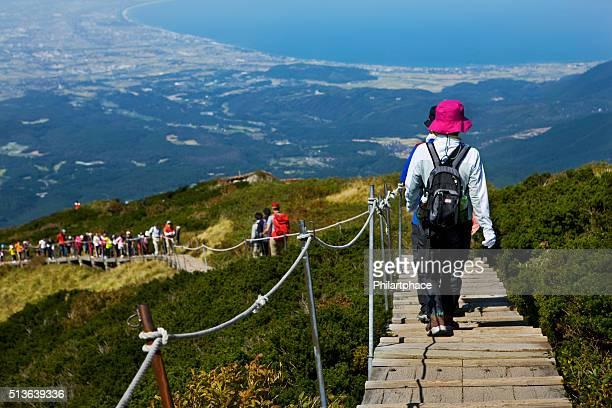 ハイキングの人々の通路の景色を実装大山町 - 鳥取県 ストックフォトと画像