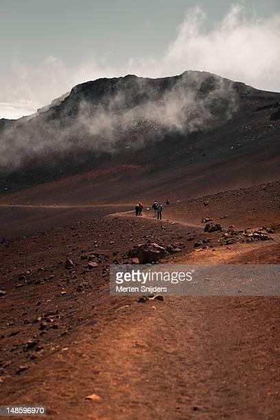 hiking paths through lunar-like landscape of haleakala crater. - merten snijders stockfoto's en -beelden
