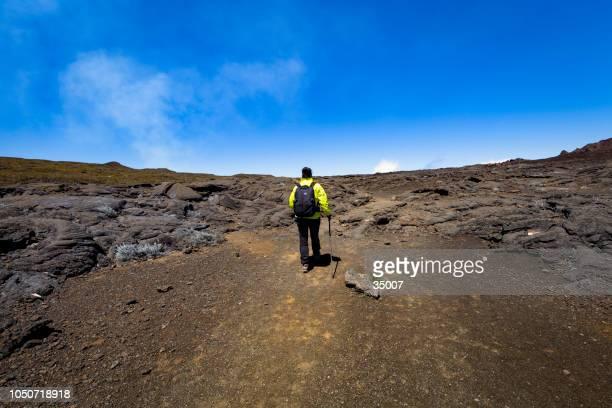 caminatas por los campos de lava del piton de la fournaise, isla de la reunión - isla reunion fotografías e imágenes de stock