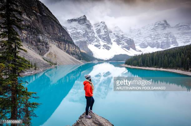 hiking to the top , moraine lake , banff national park in canadian rockies, alberta , canada - estilo de vida ativo imagens e fotografias de stock
