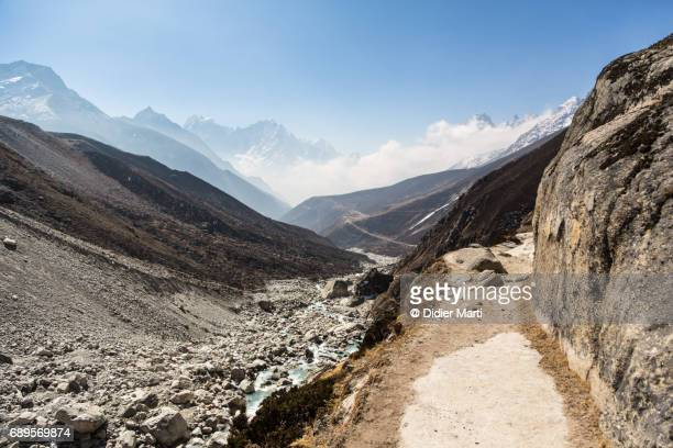 hiking trail in the gokyo valley in nepal - solu khumbu stock pictures, royalty-free photos & images