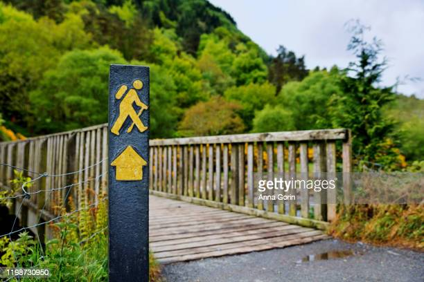 hiking trail marker at beginning of wicklow way, famous walk in wicklow mountains national park, glendalough, ireland - トレイル表示 ストックフォトと画像