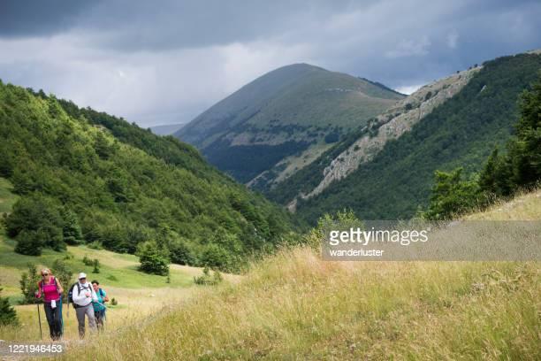escursioni in montagna in abruzzo - parco nazionale d'abruzzo foto e immagini stock