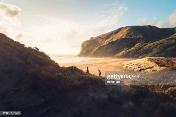 wandern den berg hinauf. - neuseeland stock-fotos und bilder