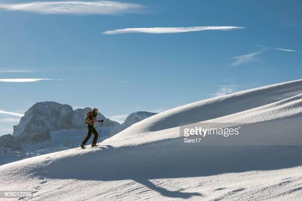 ダッハシュタイン山、オーストリアでスノーシューと上り坂をハイキングします。