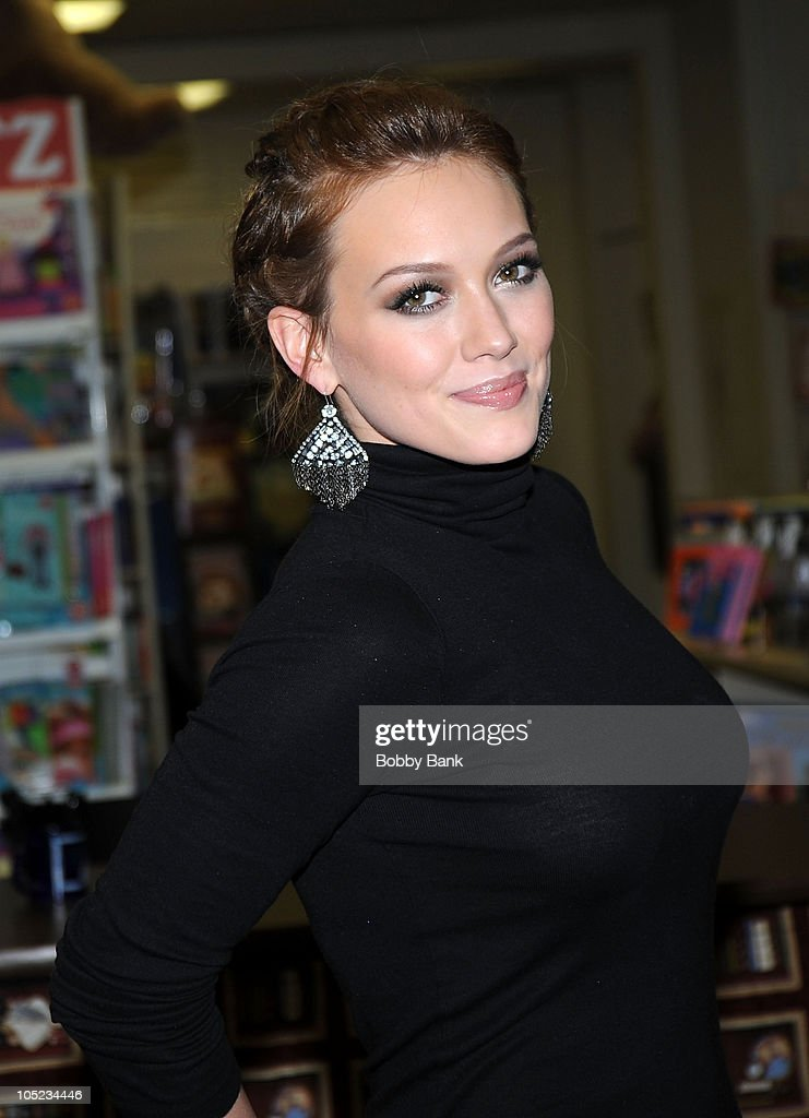 "Hilary Duff Signs Copies Of ""Elixir"" - October 12, 2010 : News Photo"