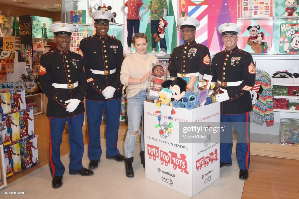 Hilary Duff Kicks off the Disney store and shopDisney's Toys for Tots Holiday Campaign : Nachrichtenfoto