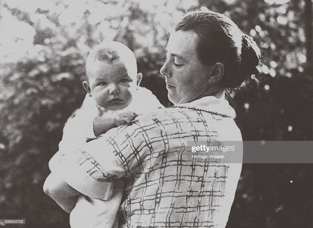 Hilde Mangold (1898-1924) with her baby, 1924. Artist: Anonymous : ニュース写真