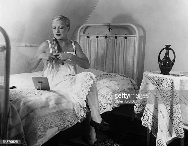 Hildebrand Hilde Actress Germany *10091897 plaiting her hair on a bed 1932 Photographer Elli Marcus Vintage property of ullstein bild
