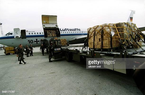 Hilfslieferungen für die Flüchtlinge aus dem Kosovo: Eine Boeing 707 der Bundesluftwaffe wird auf dem Flughafen von Skopje entladen.