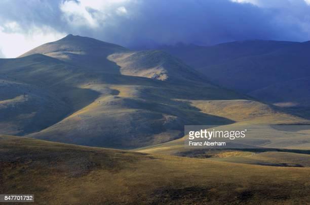 "hill country on apennine plateau of campo imperatore, known as italy's ""little tibet"", abruzzo, italy - campo imperatore foto e immagini stock"