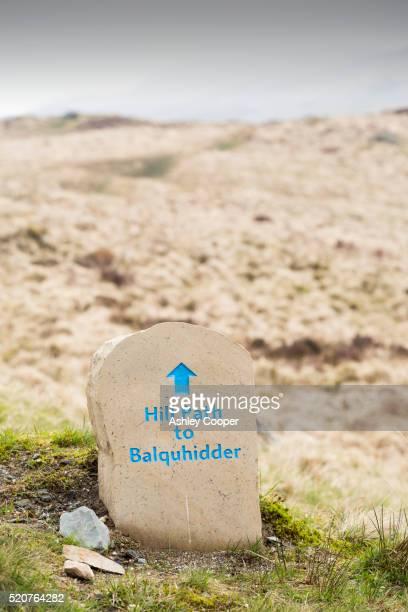 a hill path sign below ben vane near balquhidder, scotland, uk. - ben cooper stock-fotos und bilder
