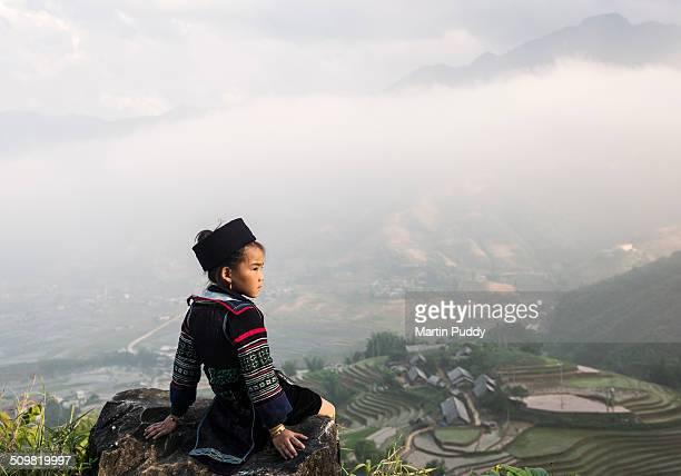 hill tribe girl sitting on hill side above valley - rice terrace stockfoto's en -beelden