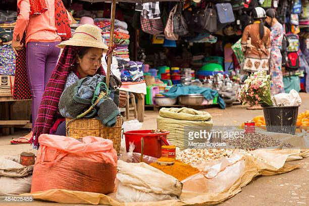 hill tribe woman selling goods on local market - merten snijders - fotografias e filmes do acervo
