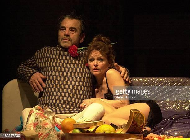 Hilmar Thate Angelica DomröseTheaterstück Maria und Josef von PeterTurrini Komödie am Ku'damm BerlinBühne Bett Tablett Obst Blume