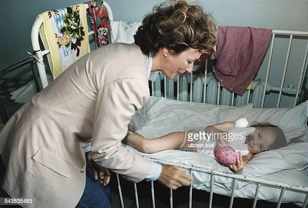 Hiltrud Schröder ExFrau von Gerhard Schröder besucht als Präsidentin der Stiftung Kinder von Tschernobyl das Krankenhaus von Gomel / Weißrussland Sie...