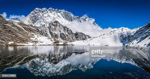 Himalaya Berge, die die high verschneiten Gipfel in ruhigen See