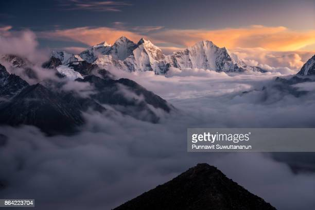 himalaya mountains landscape from kalapattar view point at sunset, everest region, nepal - mountain range stock pictures, royalty-free photos & images