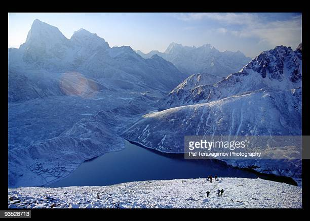 himalayan mountain landscape from gokyo ri peak - gokyo ri ストックフォトと画像