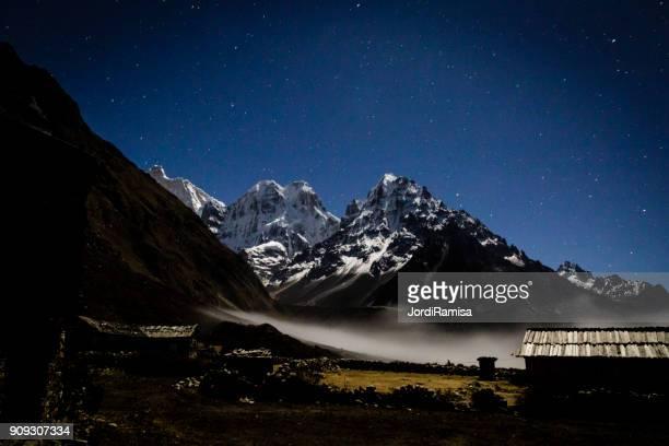 Montañas del Himalaya en la noche