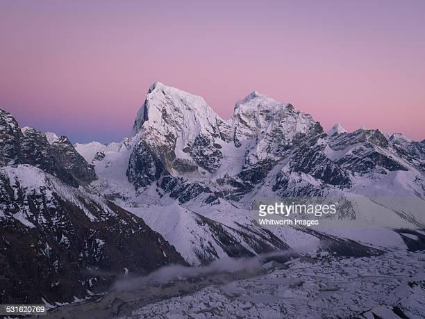 himalayan peaks with pink twilight sky, gokyo ri - gokyo ri ストックフォトと画像