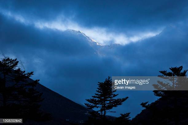 himalayan scene with mount everest in the khumbu region of nepal - khumbu stock pictures, royalty-free photos & images
