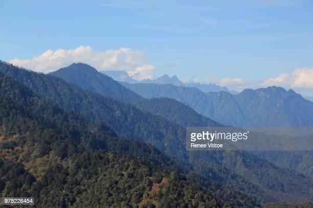 himalayas at dochula pass - dochula pass stock-fotos und bilder