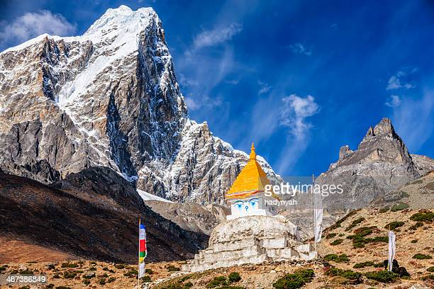 himalaya's landscape - lonely stupa on the trail to everest - solu khumbu stock pictures, royalty-free photos & images