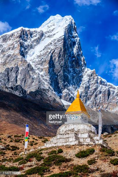 himalaya's landscape - lonely stupa on the trail to mount everest - stupa stock pictures, royalty-free photos & images