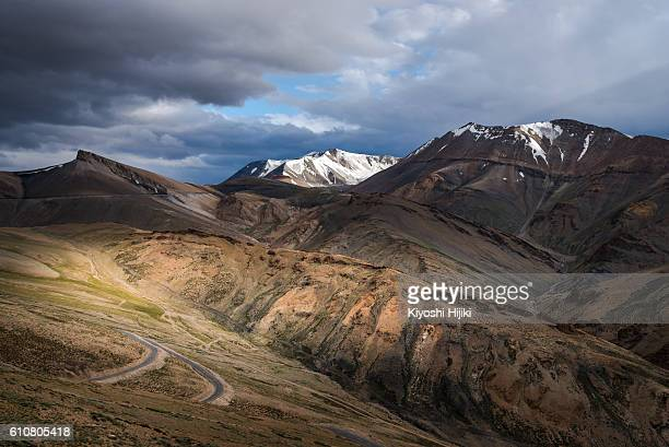 himalayas mountains view with dramatic sky - mountain pass stock pictures, royalty-free photos & images