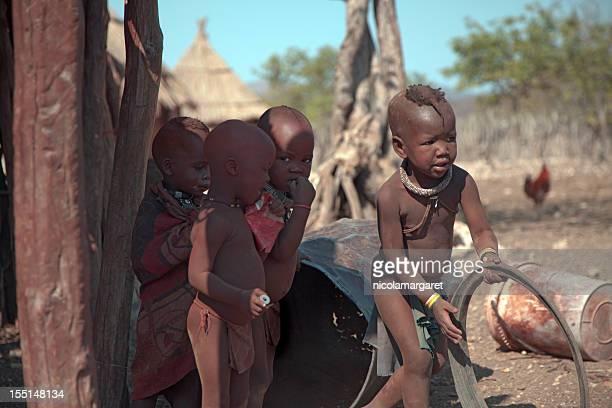 himba enfants jouant - himba photos et images de collection