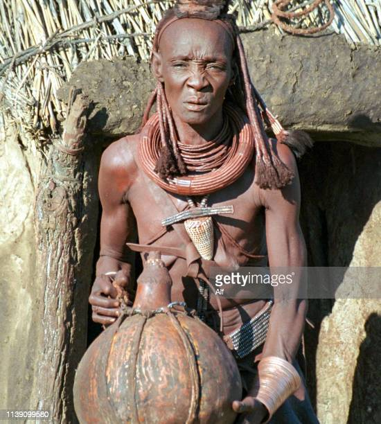 himba middle-aged woman in the town of purros, kaokoland, namibia - himba photos et images de collection