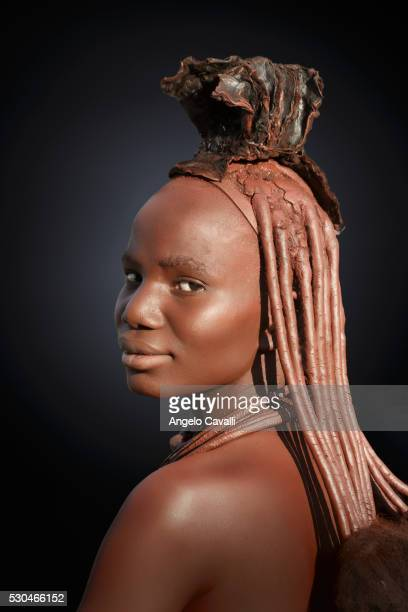 himba with braided hair, kaokoland, namibia, africa - himba stock-fotos und bilder