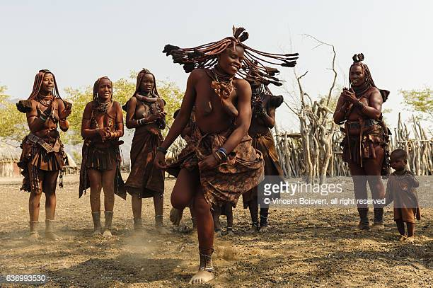 himba woman performing traditional dances - himba photos et images de collection