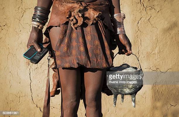 himba woman with cell phone. - tribus africanas fotografías e imágenes de stock