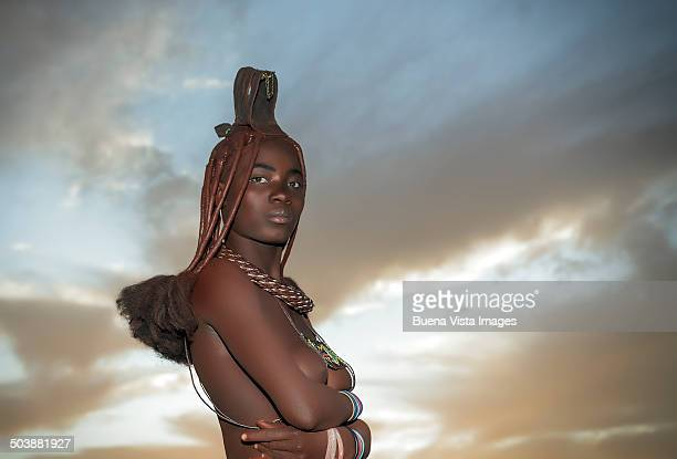 himba woman with traditional hair dress - himba photos et images de collection
